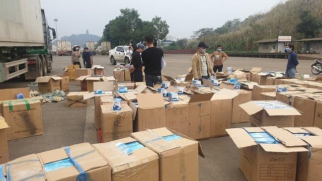 Hơn 1 triệu khẩu trang y tế không rõ nguồn gốc bị bắt giữ. Ảnh: Công an Lào Cai.