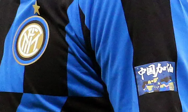 Cầu thủ Inter Milan đeo tấm dán cổ vũ Vũ Hán trong trận derby với AC Milan hôm 10/2. Ảnh: EPA.