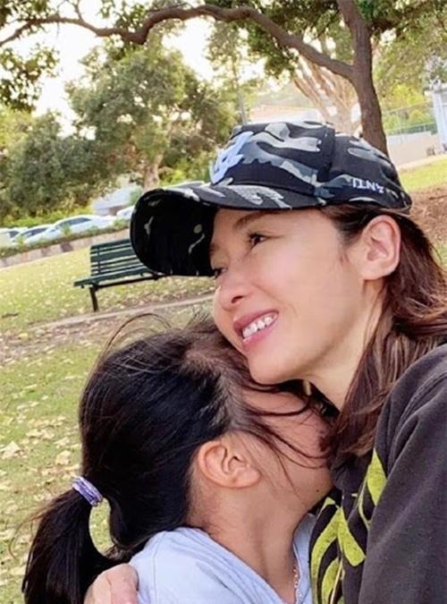 Hình ảnh Lê Tư ôm con gái được cô chia sẻ vào năm ngoái.