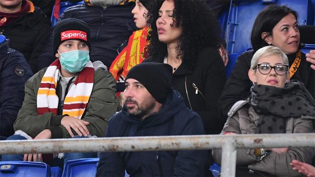 Một CĐV đeo khẩu trang tới xem trận Roma - Lecce hôm 23/2. Ảnh: La Presse.