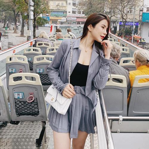 Diệp Lâm Anh gợi cảm với thiết kế áo khoác đồng màu cùng chân váy ngắn. Người đẹp chọn thêm túi Chanel để hoàn thiện set đồ dạo phố.