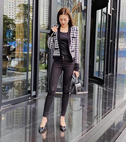 Ngoài áo blazer, các kiểu áo khoác dáng lửng cũng là phục trang phục trang được nhiều người đẹp Việt yêu thích trong tiết trời giao mùa. Á hậu Tú Anh chọn áo khoác của Balmain để tạo điểm nhấn cho nguyên set đồ đen.