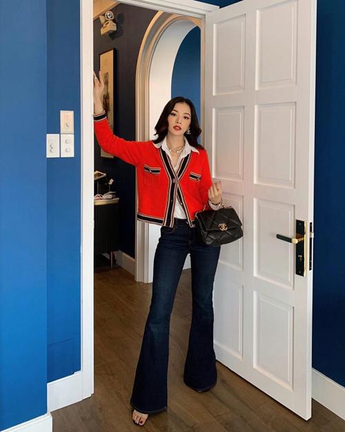 Chi Pu với hình ảnh tiểu thư hàng hiệu khi chọn áo khoác Chanel thời thượng để phối cùng sơ mi trắng, jeans ống loe và mẫu túi đen cùng thương hiệu.