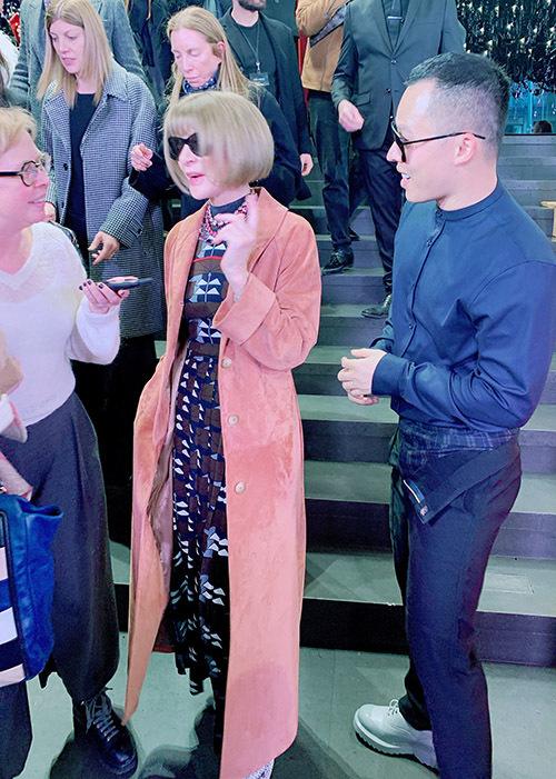 [Caption  Gặp gỡ được Tổng biên tập Vogue Mỹ Anna Wintour . Đây là ng phụ nữ quyền lực nhất ngành thời trang thế giới mà VKT vô cùng ngưỡng mộ và thần tượng từ lâu.