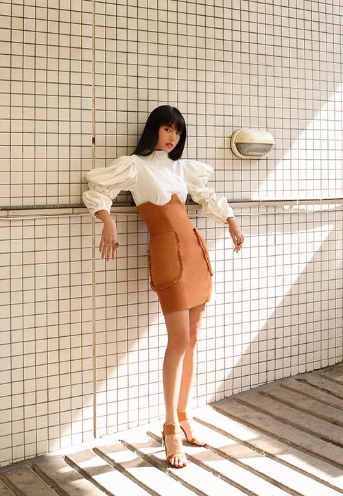 Nằm trong bộ sưu tập đầu tay của Hà Kino, set áo trắng kết hợp váy cam đàomang vẻ đẹp trang nhã được nhiều người đẹp yêu thích.