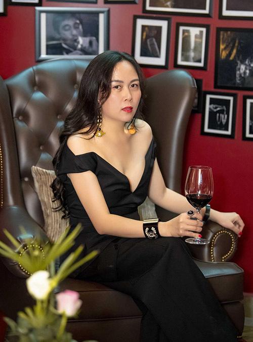 Phượng Chanel khoe vai trần và vòng một với thiết kế trễ nải, xẻ sâu. Cô đang kinh doanh nhà hàng hạng sang ở TP HCM nên thường xuyên lui tới đây gặp gỡ bạn bè, đối tác.