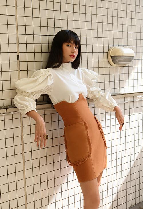 Cùng với phần tay bồng điệu đà, chân váy lưng cao trang trí túi đính tua rua khiến Thanh Vy trở nên ấn tượng hơn.