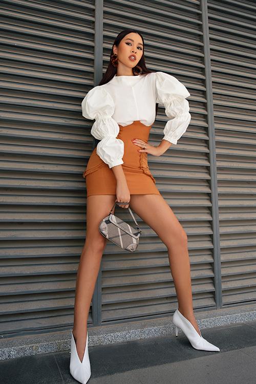 Trong bộ ảnh thời trang vừa thực hiện, siêu mẫu Hà Anh cũng chọn kiểu váy hot trend để khoe hình thể đẹp.