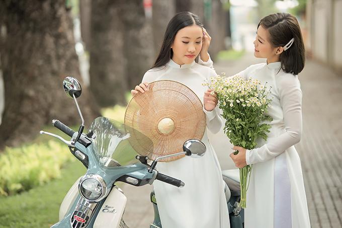 Hai cô gái nuôi của Phi Nhung mỗi người một vẻ, Tuyết Nhung năng động với kiểu tóc lỡ hiện đại còn Thiên Ngân duyên dáng với mái tóc dài thướt tha. Trong bộ ảnh mới do stylist Tân Đà Lạt thực hiện, Tuyết Nhung và Thiên Ngân khoe dáng trong áo dài do nhà thiết kế Thuận Việt thực hiện.