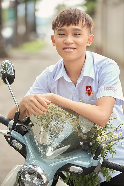 Hồ Văn Cườnggiờ cũng lớn bổng và ra dáng một thanh niên khi song hành cùng các chị gái nuôi. Quán quân Vietnam Idol Kids 2016 được ca sĩ Phi Nhung nhận nuôi, dạy hát từ nhiều năm nay.
