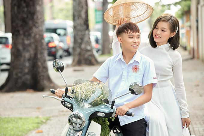 Trong khi đó, Tuyết Nhung và Hồ Văn Cường đều ở Sài Gòn nên thường xuyên được cô quan tâm, chăm sóc, luyện thanh.Hồ Văn Cường, Tuyết Nhung và Thiên Ngân là ba trong số 27 người con nuôi của Phi Nhung. Cả ba đều có năng khiếu ca hát nhưng hoàn cảnh gia đình khó khăn nên nữ ca sĩ muốn giúp đỡ để các em được học hành đến nơi đến chốn cũng như có tương lai tốt đẹp.