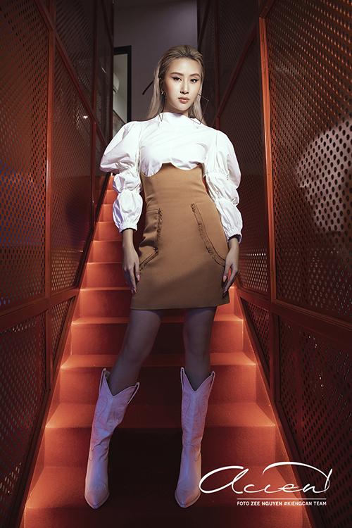 Chân váy ôm đi kèm đường cắt cúp không chỉ mang lại nét ấn tượng mà còn giúp Quỳnh Anh Shyn hack dáng hiệu quả.