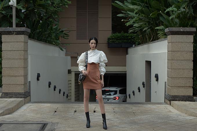 Ngay khi mẫu thiết kế vừa ra lò, Phí Phương Anh đã chọn ngay set đồ để tạo điểm nhấn cho phong cách street style.