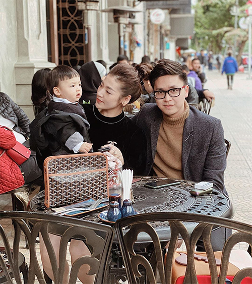 Bé Kem sinh vào tháng 12/2018, được thừa hưởng nhiều nét đẹp từ mẹ. Lúcmang thai, Tú Anh chỉ mong con trai mình khi chào đời sẽ là cậu bé hay cười, luôn vui vẻ và mọi thứ diễn ra đúng như ước mong của cô.