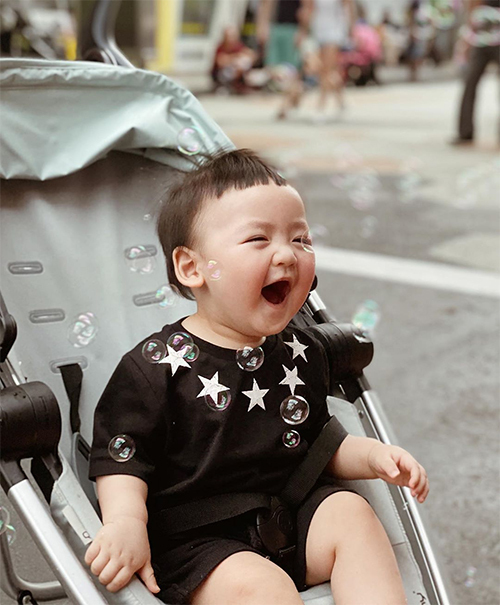 Khi đi cafe với ông bà ngoại, bé Kem cũng được nhiều người nhận ra và xin chụp ảnh cùng.