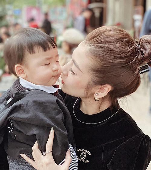 Tú Anh chia sẻ, bé Kem ít khi khóc và rất dễ cười. Cậu bé thường cười tít mắt mỗi khi chơi đùa với bố mẹ, ông bà.