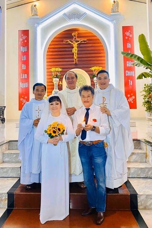 Đôi vợ chồng nhận được lời chúc phúc từ Cha xứ.