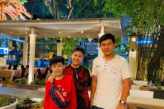 Kim Thư bên cạnh hai con trai