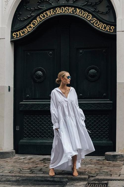 Đầm sơ mi mix với phom maxi đã mang tới kiểu váy đề cao sự giải phóng hình thể và khiến người mặc có được sự tự do, thoải mái.