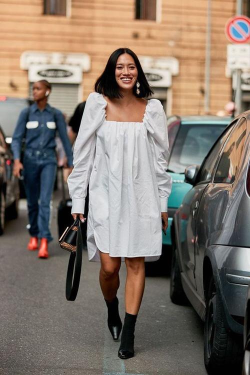 Bên cạnh sự mềm mại và nuột nà của các kiểu đầm lụa, váy cotton, ka tê lại thiên về sự trẻ trung và gợi cảm.