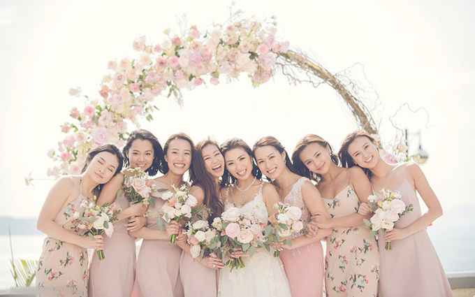 Dàn phù dâu đều chọn váy 2 dây màu phớt hồng.