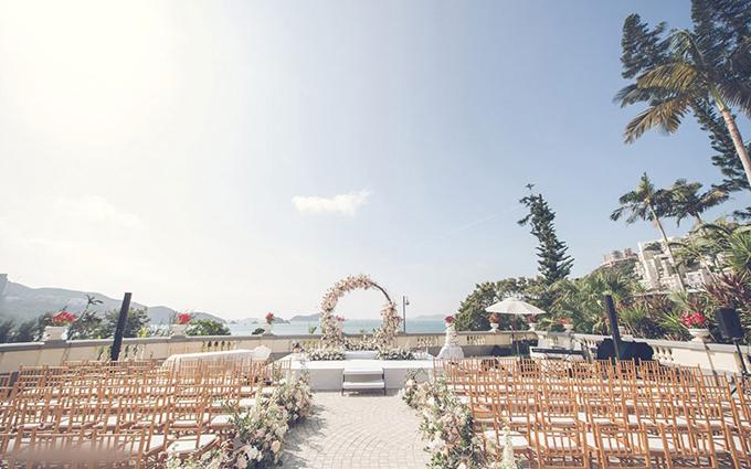 Cặp vợ chồng chọn lựa ghế gỗ cho hôn lễ rustic ngoài trời.