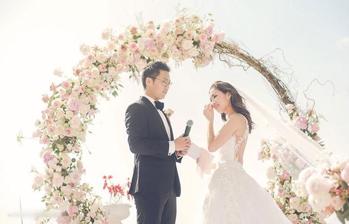 Nicole và Kenny tổ chức đám cưới tại một resort ở Hong Kong. Uyên ương chọn lựa phong cách lãng mạn cổ điển cho ngày vui với tông chủ đạo là trắng, hồng phớt.