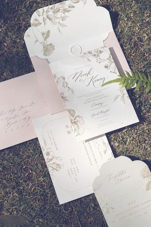 Bộ thiệp cưới của cặp vợ chồng cũng mang tông trắng, hồng, có họa tiết hoa cỏ nhẹ nhàng.