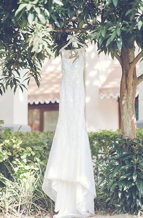Trong ngày vui, cô dâu diện váy cưới đuôi cá dài quét đất, được xẻ ngực chữ V tôn vẻ gợi cảm.