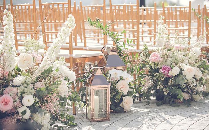 Dọc 2 bên hàng ghế là loạt hoa tươi gồm hồng, phi yến, thanh liễu, giúp không gian tăng thêm vẻ lãng mạn.
