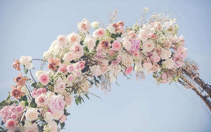 Để giữ hoa tươi lâu, ekip đã tính toán thời gian cắm hoa trước giờ làm lễ, liên tục tưới nước, thay hoa tươi để hoa luôn mới.