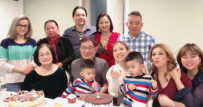 Đại gia đình Phạm Thanh Thảo trong tiệc sinh nhật cô tại xứ cờ hoa. Thỉnh thoảng nữ ca sĩvề Việt Nam thăm bạn bè, người thân và đi làm từ thiện. Tôi nhớ khán giả trong nước lắm. Các fan của tôi rất nhiệt tình, đáng yêu, Phạm Thanh Thảo nói.