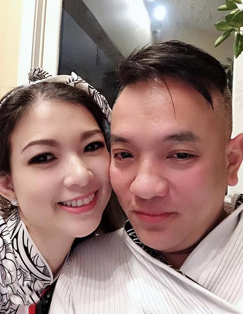Vợ chồng Phạm Thanh Thảo gặp nhau trong một chương trình ca nhạc ở Mỹ. Ban đầu họ là bạn bè rồi dần nảy sinh tình cảm và quyết định về chung một nhà. Trong mắt nữ ca sĩ, ông xã là người sâu sắc, rộng lượng khiến cô tin tưởng tuyệt đối.
