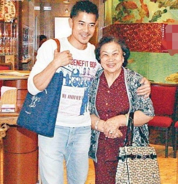 Quách Phú Thành và mẹ.
