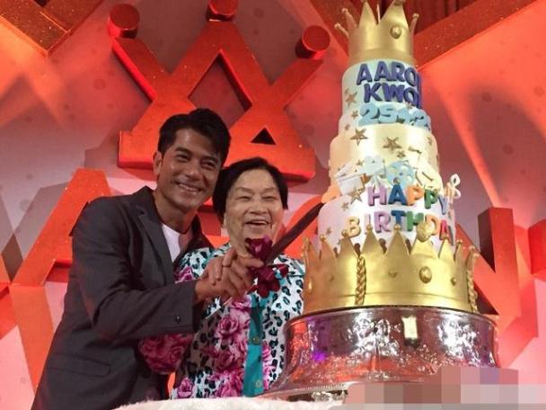 Mẹ ở bên Quách Phú Thành trong ngày anh đón tuổi 50.