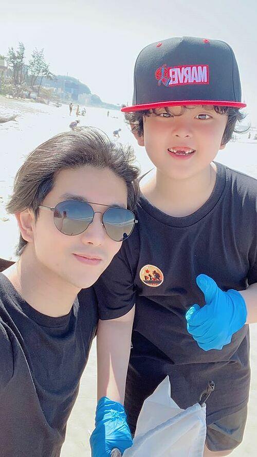 Tim và con trai chơi biển Vũng Tàu.