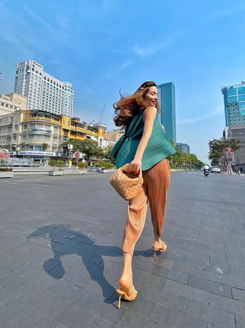 Nổi bật trong xu hướng phụ kiện đầu mùa xuân hè 2020 là kiểu sandal cao gót da đan. Hồ Ngọc Hà chọn nguyên bộ phụ kiện của Bottega Veneta để phối cùng trang phục xếp ly đầy cá tính.