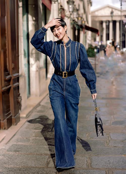 Mỗi năm 2 lần, Linh lại trở lại Paris với những fashion show hào nhoáng, nhưng lần trở lại này đặc biệt hơn, bởi đây là lần đầu tiên tham dự show của nhà mốt Dior,