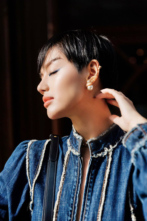 Khánh Linh được fan trong nước khen ngợi hết lời về cách mix đồ chất lừ khi đi tham dự fashion show tại Paris.