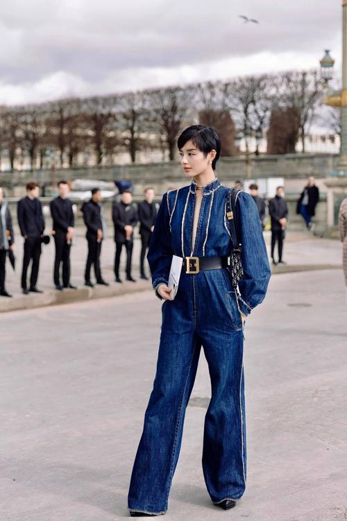 Đến với tuần lễ thời trang danh giá tổ chức tại Paris, Khánh Linh diện nguyên set đồ hàng hiệu. Nổi bật là bộ jumpusit thiết kế trên chất liệu vải jeans - một trong những xu hướng được các tín đồ thời trang thế giới ưa chuộng ở mùa mốt này/