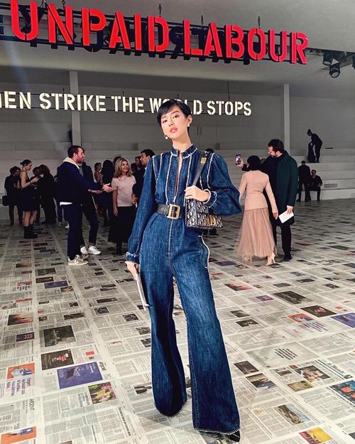 Tôiấn tượng với jumpsuit da, suits dáng suông, áo khoác denim và combat boots trẻ trung. Tất cả những thiết kế đều mạnh mẽ, phóng khoáng hơn, nhưng cũng cực kì tinh tế để đưa ra một thông điệp: Người phụ nữ của Dior là người vượt qua mọi định kiến, cảm nhận của Khánh Linh sau khi theo dõi show diễn.