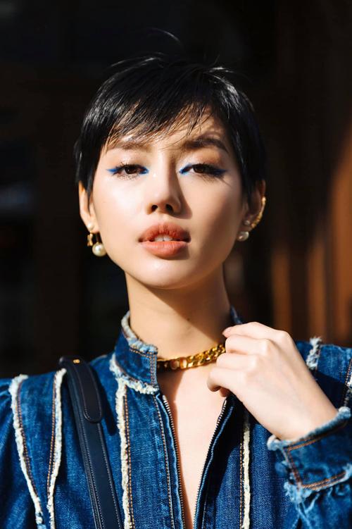 Tông xanh blue hot trend và đồng điệu với sắc màu trang phục cũng được chăm chút cho phần trang điểm của Khánh Linh.
