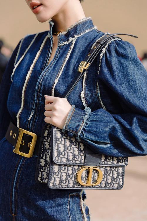 Phụ kiện túi hiệu Dior là món đồ không thể thiếu để set đồ trở nên hoàn chỉnh và giúp Khánh Linh thể hiện phong cách cá nhân khi chụp ảnh street style trước khi vào show.