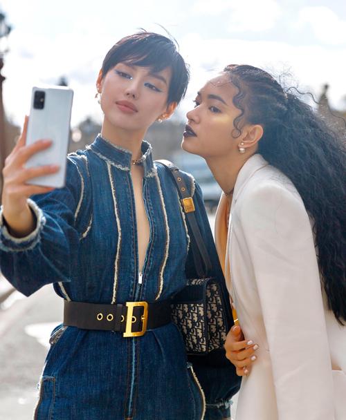 Khánh Linh chụp ảnh cùng Châu Bùi