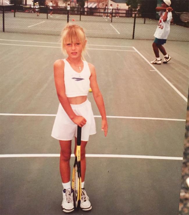 Sau khi tuyên bố chia tay làng quần vợt hôm 26/2, Maria Sharapova chia sẻ bức ảnh ngày nhỏ trên trang cá nhân và tự sự: Quần vợt cho tôi thấy thế giới và cũng cho tôi thấy những phẩm chất của mình. Nó là cách tôi thử thách bản thân và đo sự trưởng thành. Và dù có lựa chọn điều gì ở chương tiếp theo của cuộc đời, ngọn núi tiếp theo của tôi, tôi vẫn cứ bước tiếp, tiếp tục chinh phục và tiếp tục tiến bộ. Tennis - xin tạm biệt.Trong tâm thư giải nghệ, người đẹp Nga kể lại lần đầu thấy sân tennis vào năm 4 tuổi. Ký ức của Sharapova lúc đó là cô quá nhỏ, chỉ bằng nửa cây vợt. Tuy nhiên, khi nhìn thấy cô con gái 4 tuổi đánh bóng ở Sochi, bố mẹ Sharapova - ông Yuri và bà Yelena - có quyết định táo bạo không khác gì đánh bạc là sang Mỹ cho con gái theo nghiệp bóng nỉ theo lời khuyên của huyền thoại quần vợt Martina Navratilova. Chỉ với 700 USD tiền tiết kiệm và không biết một chữ tiếng Anh, ông Yuri và bà Maria quyết định di cư sang xứ sở cờ hoa năm 1994 khi con gái mới hơn 6 tuổi. Vì trục trặc visa, bà Yelena hai năm sau mới được qua Mỹ. Trong thời gian Maria Sharapova rèn luyện học viện IMG - nơi từng đào tạo Andre Agassi, Monica Seles và Anna Kournikova - ông Yuri phải làm rất nhiều nghề để kiếm tiền cho con nuôi ước mơ thành danh.