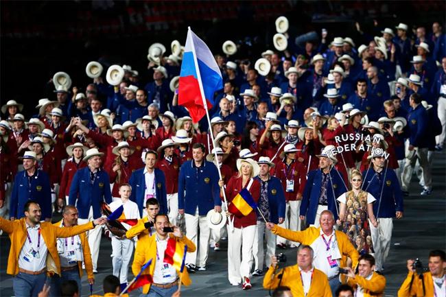Cũng trong năm 2012, Sharapova trở thành nữ VĐV đầu tiên cầm cờ quốc gia khi là người dẫn đoàn Nga diễu hành trong lễ khai mạc Olympic London. Tại Thế vận hội, người đẹp giành HC bạc.
