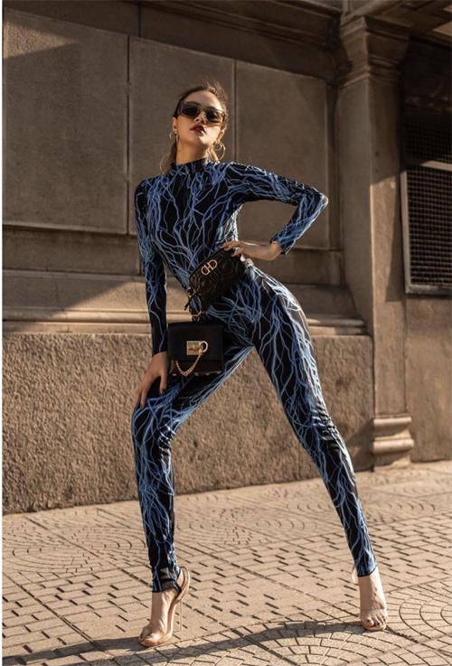Trở lại đường đua street style, Hoàng Thùy Linh chọn jumpsuit để khoe dáng trên phố. Ca sĩ còn gây ấn tượng bởi lối mix-match phụ kiện cầu kỳ.
