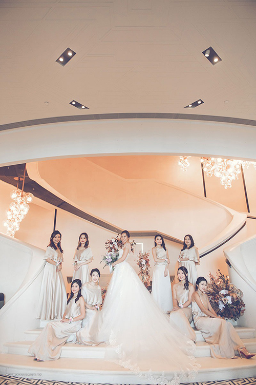 Cô dâu diện váy cưới ren đuôi dài. Mandy lựa chọn sắc trắng ngà cho váy phù dâu.