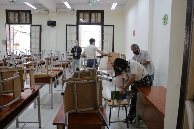 Trường học khử trùng đón học sinh trở lại