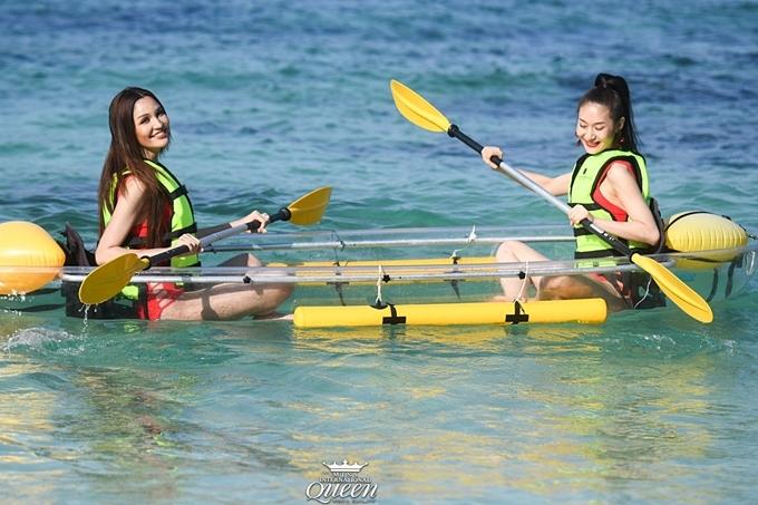 Các thí sinh chèo thuyền, vui đùa bên nhau.